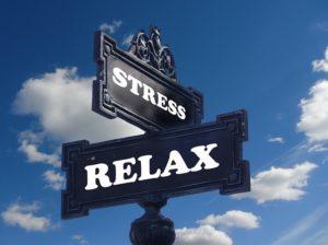 Verkeersbord met de ene kant stress en de andere kant relax.